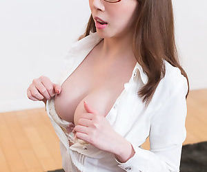 Japanese cocksucker give a blowjob and laps up the gooey jism