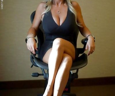 Stunning mature vixen in tiny dress flashing her inviting pussy