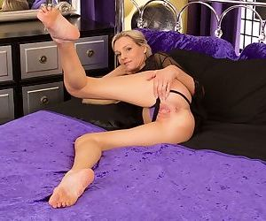 Close up posing scene from a mature babe with tights pussy Angel P