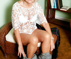 Amateur mature lady Ellie Anderson stripping and spreading her legs