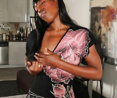 Mature ebony vixen Pepper Deville reveals her appetizing brown eye
