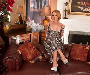 Awesome mature Goldee Monroe shows her accurate trimmed pussy