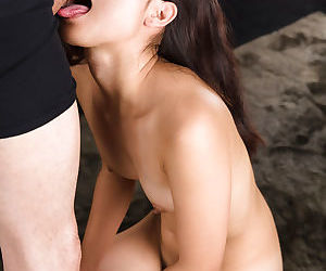 Nude Japanese girl Ariumi Mizuho wipes the jizz off her face after giving a BJ