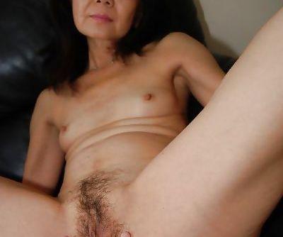 Asian brunette mature Setsuko giving a splendid and deep blowjob