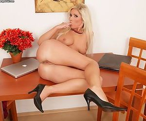 Glamour blonde Vanessa spreads thighs tp demonstrate her glorious pussy
