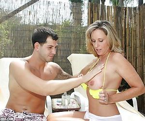 Mature babe showing off her handjob skills and rewarding with cumshot