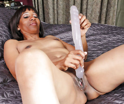 Ebony mature pornstar Robin stimulates her itching pussy with a huge dildo