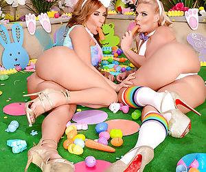 Amateur lesbian moms Phoenix Marie and Richelle Ryan reveal big juggs