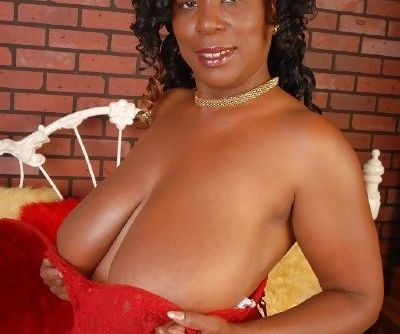 Alluring kinky brunette ebony Yvette shows her big natural boobies