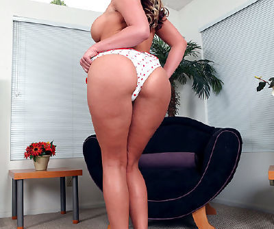 After getting nude hottie enjoys posing her tight ass hole in kinky solo scene