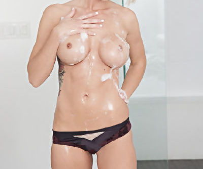 Topnotch sweetie Jessie Ann takes a bath and exposes her juicy wet lumps in a sexy way