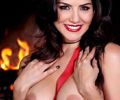 Pornstar Sunny Leone looks staggering in her alluring lingerie during hot solo
