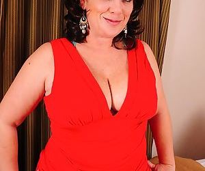 Thick and busty mature house cheryll stone spreads her pussy. - part 3302