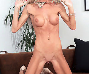 Skinny fuck toy alexis rubs one out - part 929