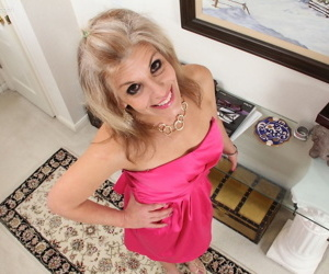 Mature housewife Sierra Smith tries nude modeling for the first time