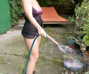 Mature amateur Candy Cox flaunts her bare ass while watering her garden