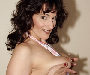 Kinky housewife Reba displaying her phenomenal juicy booty in stockings