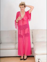 Observe thru underwear mature lady sonia - part 2421